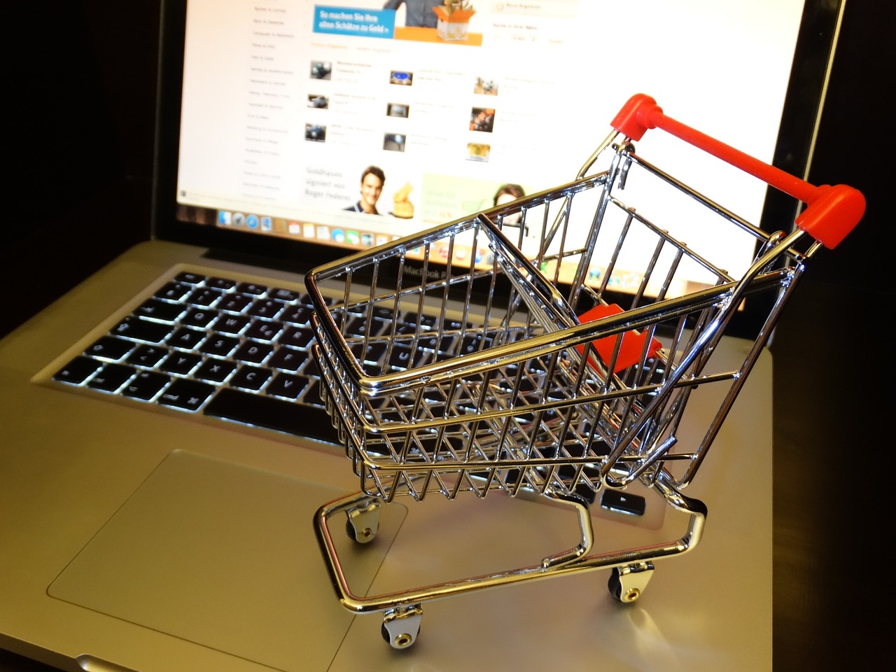 Shopping online is the way of the commercial world these days ... photo by CC user HebiFot on pixabay