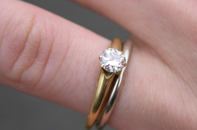 1214px-Wedding_and_Engagement_Rings_2151px